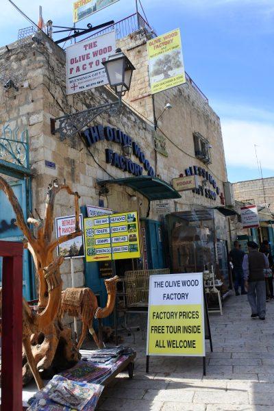 cac-xuong-san-xuat-hang-luu-niem-tu-go-olive-tai-palestine