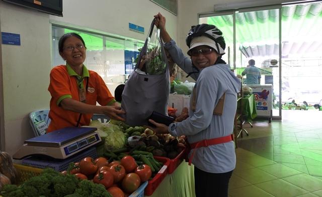 Bà nội trợ này tuần nào cũng có mặt ở Phiên chợ Xanh